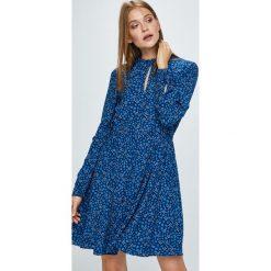 Tommy Hilfiger - Sukienka. Szare sukienki mini marki TOMMY HILFIGER, na co dzień, z materiału, casualowe, z okrągłym kołnierzem, rozkloszowane. W wyprzedaży za 499,90 zł.