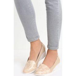 Beżowe Koturny Soraya. Brązowe buty ślubne damskie Born2be, ze skóry, z okrągłym noskiem, na niskim obcasie, na koturnie. Za 39,99 zł.