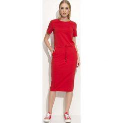 Czerwona Prosta Dzianinowa Sukienka Midi Wiązana w Pasie. Czerwone sukienki dresowe Molly.pl, do pracy, l, biznesowe, z okrągłym kołnierzem, z krótkim rękawem, midi, oversize. Za 95,90 zł.