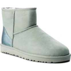 Buty UGG - W Classic Mini II Metallic 1019029 W/Irg. Szare buty zimowe damskie marki Ugg, z materiału, z okrągłym noskiem. Za 729,00 zł.
