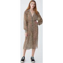 Półprzezroczysta sukienka koszulowa w panterkę. Szare sukienki marki Pull&Bear, z motywem zwierzęcym, z koszulowym kołnierzykiem, koszulowe. Za 139,00 zł.