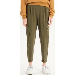 Spodnie chino - Khaki. Brązowe chinosy damskie Sinsay. Za 79,99 zł.