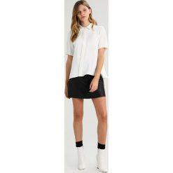 Lacoste BUTTON UP LOGO PLEAT BACK Koszula farine. Białe koszule wiązane damskie Lacoste, z bawełny. W wyprzedaży za 535,20 zł.