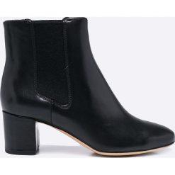 Clarks - Botki. Czarne buty zimowe damskie Clarks, z gumy, na obcasie. W wyprzedaży za 219,90 zł.