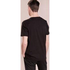 Folk HALF MOON TEE Tshirt z nadrukiem black print. Czarne koszulki polo Folk, m, z nadrukiem, z bawełny. Za 349,00 zł.
