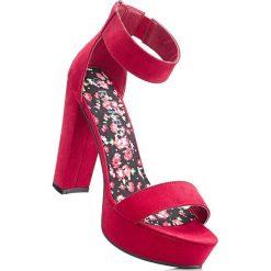 Sandały na podeszwie platformie bonprix czerwony. Czerwone sandały damskie bonprix, na obcasie. Za 79,99 zł.
