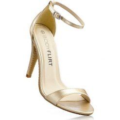 Sandały bonprix złoty. Żółte rzymianki damskie bonprix, w paski, ze skóry, na obcasie. Za 79,99 zł.