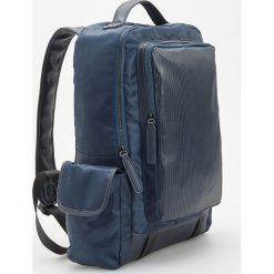 Plecaki męskie: Prostokątny plecak z bocznymi kieszeniami - Granatowy