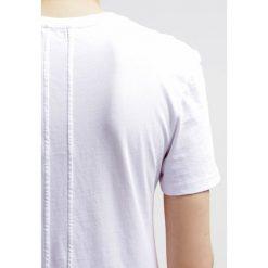 Calvin Klein Jeans Tshirt z nadrukiem bright white. Białe koszulki polo Calvin Klein Jeans, l, z nadrukiem, z bawełny. Za 219,00 zł.