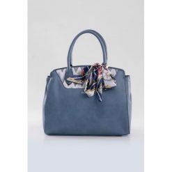 Torebka z wzorzystym panelem II. Szare torebki klasyczne damskie marki Monnari, w geometryczne wzory, z kokardką. Za 99,60 zł.