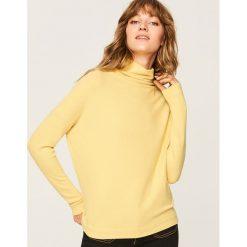 Sweter z szeroką stójką - Zielony. Zielone swetry klasyczne damskie Reserved, m, ze stójką. Za 59,99 zł.