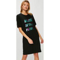 Answear - Sukienka. Szare sukienki dzianinowe marki ANSWEAR, na co dzień, l, z aplikacjami, casualowe, z okrągłym kołnierzem, mini, proste. W wyprzedaży za 79,90 zł.