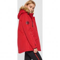 Zimowa kurtka z kapturem - Czerwony. Czerwone bomberki damskie Cropp, na zimę, l, z kapturem. Za 269,99 zł.