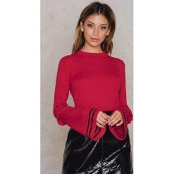 NA-KD Sweter z rękawem w paski i z falbanką - Red. Czerwone paski damskie marki NA-KD, z dzianiny, z falbankami. W wyprzedaży za 55,48 zł.