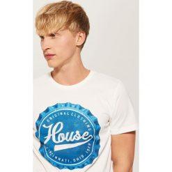 T-shirt z nadrukiem Kremowy. Białe t-shirty męskie z nadrukiem marki House, m. Za 29,99 zł.