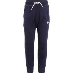 Hummel PANTS Spodnie treningowe peacoat. Niebieskie jeansy chłopięce marki Hummel. Za 169,00 zł.