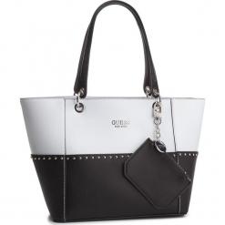 Torebka GUESS - HWBK66 91230 BLACK MULTI. Białe torebki klasyczne damskie Guess, z aplikacjami, ze skóry ekologicznej. Za 629,00 zł.