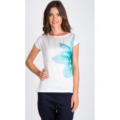 Bluzki damskie: Biała bluzka z turkusowym kwiatem QUIOSQUE