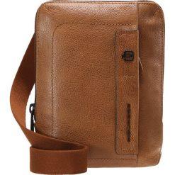 Piquadro PULSE CROSS BODY BAG Torba na ramię cuoio. Brązowe torby na ramię męskie marki Kazar, ze skóry, przez ramię, małe. W wyprzedaży za 384,30 zł.