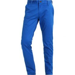 GStar BRONSON SLIM CHINO Spodnie materiałowe light nassau blue. Niebieskie rurki męskie G-Star, z bawełny. W wyprzedaży za 281,40 zł.