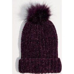Szenilowa czapka z pomponem - Fioletowy. Fioletowe czapki damskie Mohito. Za 39,99 zł.