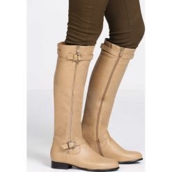 Beżowe Kozaki Convinction. Brązowe buty zimowe damskie marki Kazar, ze skóry, przed kolano, na wysokim obcasie. Za 99,99 zł.
