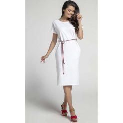 Biała Prosta Sukienka Midi Przewiązana Kolorowym Sznurkiem. Białe sukienki mini marki Molly.pl, na co dzień, l, w kolorowe wzory, z krótkim rękawem, dopasowane. W wyprzedaży za 113,37 zł.