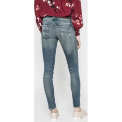 Tommy Jeans - Jeansy Sophie. Niebieskie jeansy damskie marki Tommy Jeans, z obniżonym stanem. W wyprzedaży za 399,90 zł.