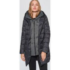 Pikowany płaszcz z podwójnym kapturem - Czarny. Czarne płaszcze damskie marki Cropp, l. W wyprzedaży za 219,99 zł.