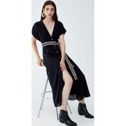 Sukienka midi z guzikami z przodu. Czarne sukienki z falbanami Pull&Bear, midi. Za 96,90 zł.