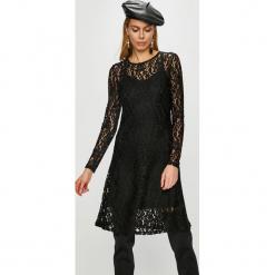 Vero Moda - Sukienka Tammi. Czarne długie sukienki marki Vero Moda, na co dzień, m, z dzianiny, casualowe, z okrągłym kołnierzem, z długim rękawem, rozkloszowane. Za 189,90 zł.
