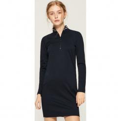 Dzianinowa sukienka z golfem - Granatowy. Czarne sukienki dzianinowe marki Molly.pl, na jesień, uniwersalny, z golfem, dopasowane. Za 69,99 zł.
