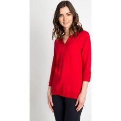 Czerwony sweter z ozdobnym kamieniem QUIOSQUE. Czerwone swetry klasyczne damskie QUIOSQUE, s, z wiskozy, z kwadratowym dekoltem. W wyprzedaży za 59,99 zł.