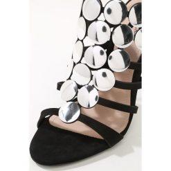 Schutz Sandały na obcasie black/silver. Czarne sandały trekkingowe damskie Schutz, z materiału, na obcasie. W wyprzedaży za 551,85 zł.