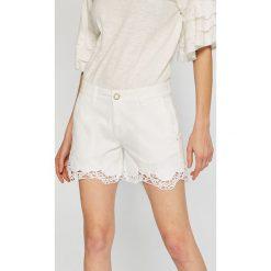 Guess Jeans - Szorty Lycia. Szare szorty jeansowe damskie marki Guess Jeans, z aplikacjami, casualowe. W wyprzedaży za 299,90 zł.