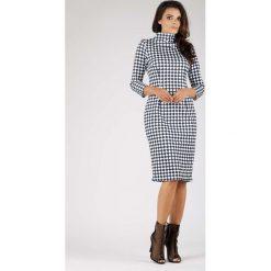 Elegancka Dopasowana Sukienka z Golfem w Szachownice. Czarne długie sukienki marki bonprix, do pracy, w paski, biznesowe, moda ciążowa. W wyprzedaży za 129,18 zł.