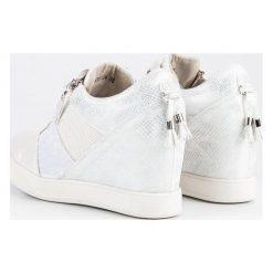 Buty ślubne damskie: KYLIE modne sneakersy na koturnie białe