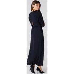 Sukienki: Filippa K Drapowana sukienka kopertowa – Navy