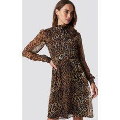 NA-KD Sukienka ze stójką - Brown. Brązowe długie sukienki marki NA-KD, z tkaniny, ze stójką, z długim rękawem. Za 161,95 zł.