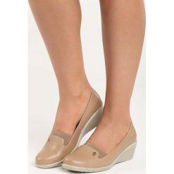 Beżowe Koturny Tapestry. Brązowe buty ślubne damskie Born2be, ze skóry, na niskim obcasie, na koturnie. Za 59,99 zł.