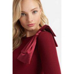 Prążkowany sweter z kokardą. Czerwone swetry klasyczne damskie marki Orsay, xs, z dzianiny, z kokardą. W wyprzedaży za 80,00 zł.
