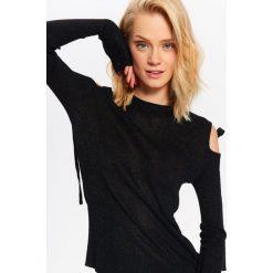 SWETER DAMSKI COLD SHOULDER Z WIĄZANIAMI. Szare swetry klasyczne damskie marki Top Secret, w ażurowe wzory. Za 84,99 zł.