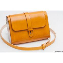 Torebka skórzana z drewnem R-4 mała żółta. Żółte torebki klasyczne damskie marki Pakamera, z materiału, małe. Za 340,00 zł.