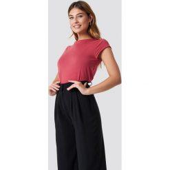NA-KD Basic T-shirt z surowym wykończeniem - Red. Różowe t-shirty damskie marki NA-KD Basic, z bawełny. Za 52,95 zł.