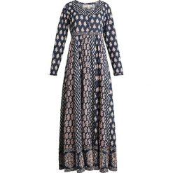 Isla Ibiza Bonita DRESS LONG Długa sukienka mix dark jeans. Białe długie sukienki marki Bosari, l, w geometryczne wzory. Za 549,00 zł.