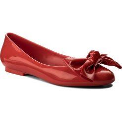 Baleriny MELISSA - Doll Fem II Ad 32313  Red 01371. Czerwone baleriny damskie lakierowane Melissa, z tworzywa sztucznego, na płaskiej podeszwie. W wyprzedaży za 179,00 zł.