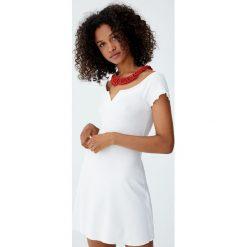 Prążkowana sukienka mini z dekoltem łódką. Szare sukienki dzianinowe Pull&Bear, z dekoltem w łódkę, mini. Za 69,90 zł.