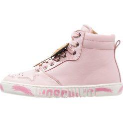 MOSCHINO Tenisówki i Trampki wysokie rosa/bianco. Czerwone buty sportowe dziewczęce MOSCHINO, z materiału. W wyprzedaży za 776,30 zł.