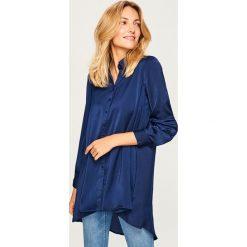 Długa koszula o satynowym połysku - Niebieski. Niebieskie koszule damskie marki Reserved, z satyny, z długim rękawem. W wyprzedaży za 39,99 zł.