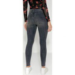 Pieces Jeansy Slim Fit dark grey denim. Szare jeansy damskie marki Pieces, z bawełny. W wyprzedaży za 159,20 zł.